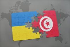 déconcertez avec le drapeau national de l'Ukraine et de la Tunisie sur une carte du monde Photo libre de droits