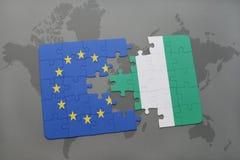 déconcertez avec le drapeau national de l'Union européenne et du Nigéria sur un fond de carte du monde Image libre de droits