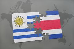 déconcertez avec le drapeau national de l'Uruguay et du Costa Rica sur un fond de carte du monde Photos stock