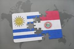 déconcertez avec le drapeau national de l'Uruguay et du Paraguay sur un fond de carte du monde Photographie stock libre de droits
