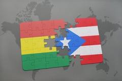 déconcertez avec le drapeau national de la Bolivie et du Porto Rico sur un fond de carte du monde Photo libre de droits