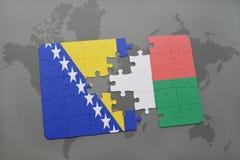 déconcertez avec le drapeau national de la Bosnie-Herzégovine et du Madagascar sur une carte du monde Photographie stock