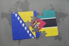 déconcertez avec le drapeau national de la Bosnie-Herzégovine et de la Mozambique sur une carte du monde Photos stock