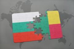 déconcertez avec le drapeau national de la Bulgarie et du Bénin sur une carte du monde Images stock