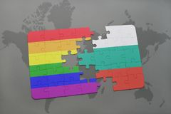 déconcertez avec le drapeau national de la Bulgarie et le drapeau gai d'arc-en-ciel sur un fond de carte du monde Photo libre de droits