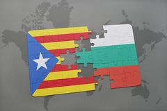 déconcertez avec le drapeau national de la Catalogne et de la Bulgarie sur un fond de carte du monde Images libres de droits