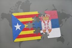 déconcertez avec le drapeau national de la Catalogne et de la Serbie sur un fond de carte du monde Photographie stock