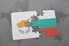 déconcertez avec le drapeau national de la Chypre et de la Bulgarie sur un fond de carte du monde Photos stock