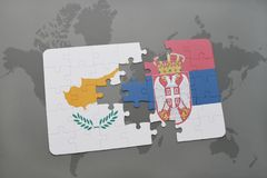 déconcertez avec le drapeau national de la Chypre et de la Serbie sur un fond de carte du monde Photographie stock libre de droits