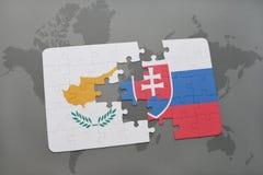 déconcertez avec le drapeau national de la Chypre et de la Slovaquie sur un fond de carte du monde Photo libre de droits