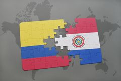 déconcertez avec le drapeau national de la Colombie et du Paraguay sur un fond de carte du monde Images libres de droits