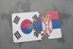 déconcertez avec le drapeau national de la Corée du Sud et de la Serbie sur un fond de carte du monde Images stock