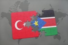 déconcertez avec le drapeau national de la dinde et des sud Soudan sur une carte du monde Photographie stock libre de droits