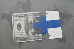 déconcertez avec le drapeau national de la Finlande et du billet de banque du dollar sur un fond de carte du monde Images stock