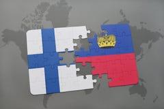 déconcertez avec le drapeau national de la Finlande et de la Liechtenstein sur un fond de carte du monde Photo stock