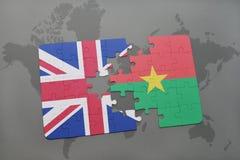 déconcertez avec le drapeau national de la Grande-Bretagne et du Burkina Faso sur un fond de carte du monde Image libre de droits
