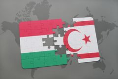 déconcertez avec le drapeau national de la Hongrie et de la Chypre du nord sur une carte du monde Images stock