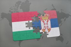 déconcertez avec le drapeau national de la Hongrie et de la Serbie sur un fond de carte du monde Image libre de droits