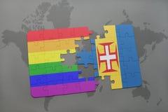 déconcertez avec le drapeau national de la Madère et le drapeau gai d'arc-en-ciel sur un fond de carte du monde Images stock