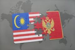 déconcertez avec le drapeau national de la Malaisie et du Monténégro sur un fond de carte du monde Images libres de droits