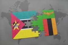 déconcertez avec le drapeau national de la Mozambique et de la Zambie sur une carte du monde Image stock