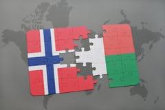déconcertez avec le drapeau national de la Norvège et du Madagascar sur une carte du monde Images stock