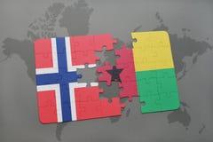 déconcertez avec le drapeau national de la Norvège et de la Guinée-Bissau sur une carte du monde Photos stock