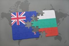 déconcertez avec le drapeau national de la Nouvelle Zélande et de la Bulgarie sur un fond de carte du monde Images libres de droits