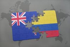 déconcertez avec le drapeau national de la Nouvelle Zélande et de la Colombie sur un fond de carte du monde Images libres de droits