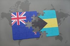 déconcertez avec le drapeau national de la Nouvelle Zélande et des Bahamas sur un fond de carte du monde Photos libres de droits