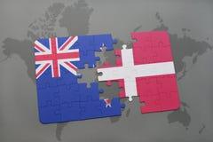 déconcertez avec le drapeau national de la Nouvelle Zélande et du Danemark sur un fond de carte du monde Image stock