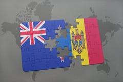 déconcertez avec le drapeau national de la Nouvelle Zélande et du Moldau sur un fond de carte du monde Photos stock