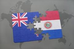 déconcertez avec le drapeau national de la Nouvelle Zélande et du Paraguay sur un fond de carte du monde Images stock