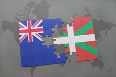 déconcertez avec le drapeau national de la Nouvelle Zélande et du pays Basque sur un fond de carte du monde Images libres de droits