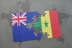 déconcertez avec le drapeau national de la Nouvelle Zélande et du Sénégal sur un fond de carte du monde Photo libre de droits