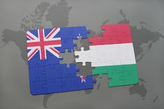 déconcertez avec le drapeau national de la Nouvelle Zélande et de la Hongrie sur un fond de carte du monde Images libres de droits