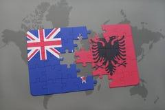 déconcertez avec le drapeau national de la Nouvelle Zélande et de l'Albanie sur un fond de carte du monde Image libre de droits