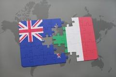 déconcertez avec le drapeau national de la Nouvelle Zélande et de l'Italie sur un fond de carte du monde Photos libres de droits