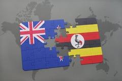 déconcertez avec le drapeau national de la Nouvelle Zélande et de l'Ouganda sur un fond de carte du monde Photo libre de droits