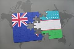 déconcertez avec le drapeau national de la Nouvelle Zélande et de l'Ouzbékistan sur un fond de carte du monde Photographie stock