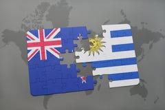 déconcertez avec le drapeau national de la Nouvelle Zélande et de l'Uruguay sur un fond de carte du monde Images libres de droits