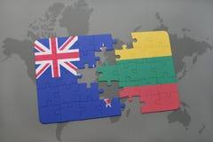 déconcertez avec le drapeau national de la Nouvelle Zélande et de la Lithuanie sur un fond de carte du monde Photographie stock