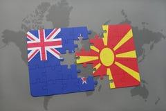 déconcertez avec le drapeau national de la Nouvelle Zélande et de la Macédoine sur un fond de carte du monde Photos libres de droits