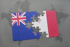 déconcertez avec le drapeau national de la Nouvelle Zélande et de la Malte sur un fond de carte du monde Photographie stock libre de droits