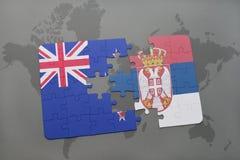 déconcertez avec le drapeau national de la Nouvelle Zélande et de la Serbie sur un fond de carte du monde Photographie stock libre de droits