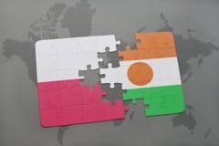 déconcertez avec le drapeau national de la Pologne et du Niger sur un fond de carte du monde Photos stock