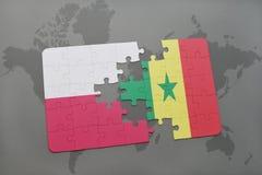 déconcertez avec le drapeau national de la Pologne et du Sénégal sur un fond de carte du monde Images libres de droits