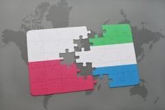 déconcertez avec le drapeau national de la Pologne et de la Sierra Leone sur un fond de carte du monde Images libres de droits