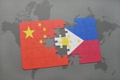 déconcertez avec le drapeau national de la porcelaine et des Philippines sur un fond de carte du monde Photos libres de droits
