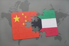 déconcertez avec le drapeau national de la porcelaine et du Kowéit sur un fond de carte du monde Image stock